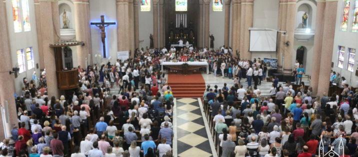 Milhares de fiéis participaram da missa de Ramos neste domingo, veja fotos.